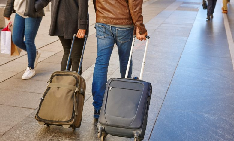 Двойка пътуваща с багаж