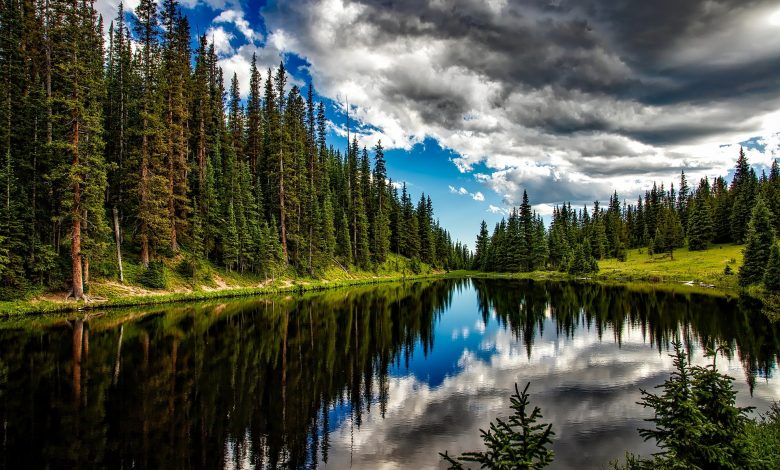 Язовир и отражения на облаците във водата