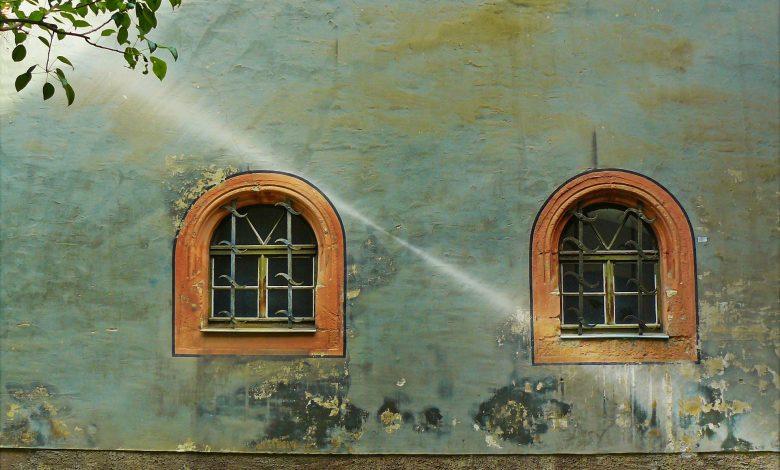 Прозорци на стара къща